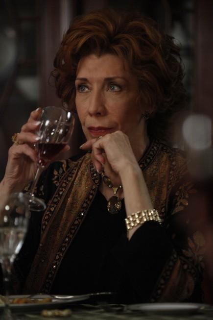 Lily Tomlin in una scena della premiere della stagione 3 di Damages