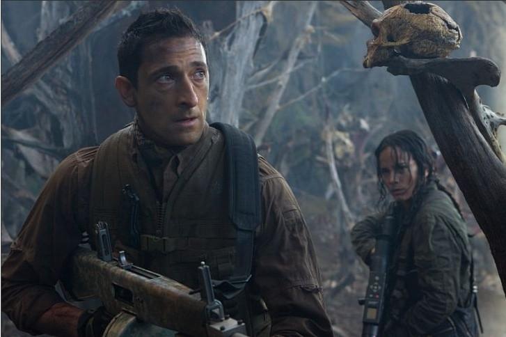 Adrien Brody e Alice Braga in una scena di Predators