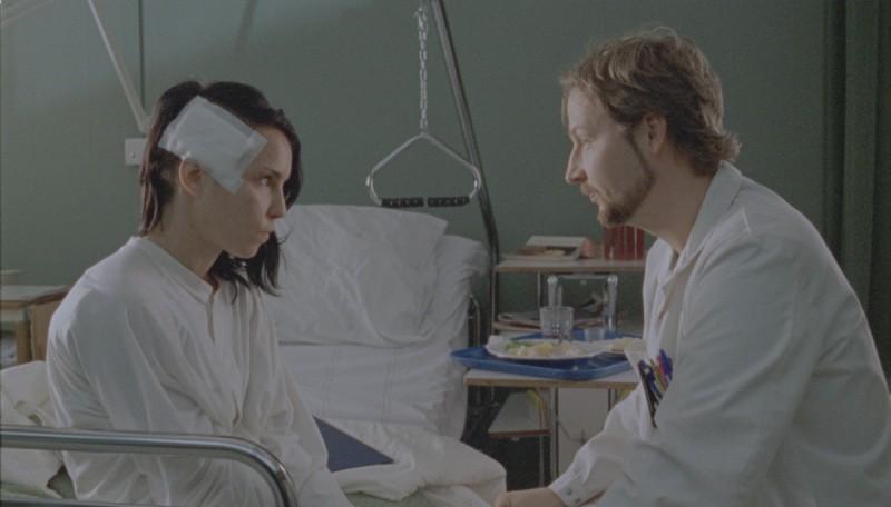 Lisbeth (Noomi Rapace) si ritrova di nuovo davanti ai medici nel film La regina dei castelli di carta