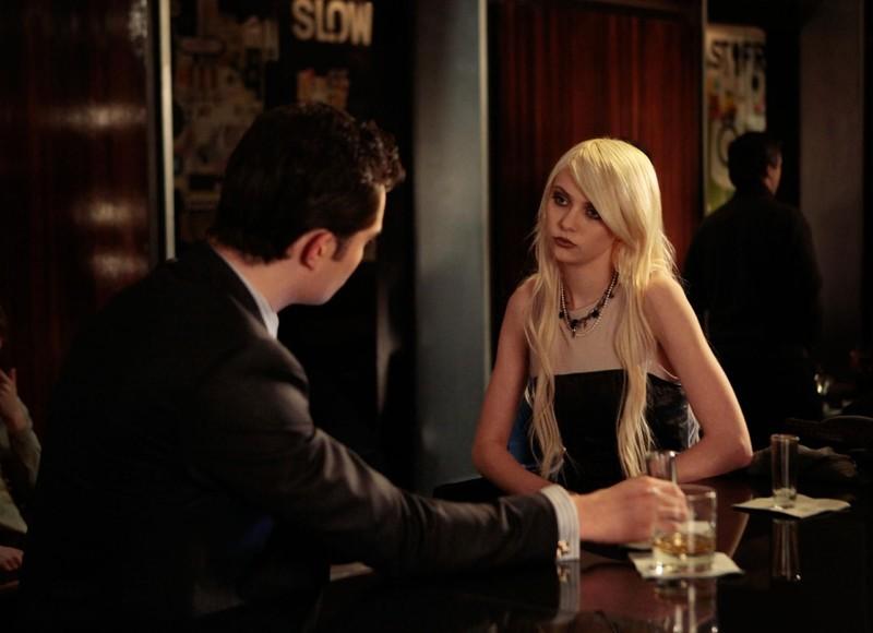 Taylor Momsen parla con Ed Westwick (di spalle) nell'episodio Dr. Strangeloved di Gossip Girl