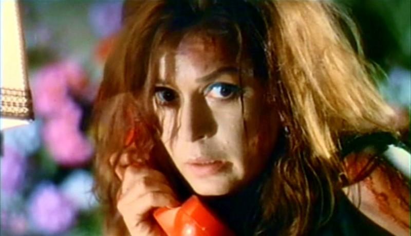Eva Bartok al telefono in una scena del thriller Sei donne per l'assassino