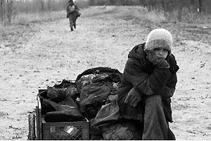 Kodi Smit-McPhee in una scena del film The Road