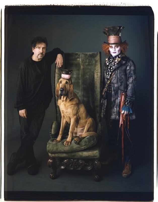 Un'mmagine promo di Tim Burton, Bloodhound e Johnny Depp per il film Alice in Wonderland