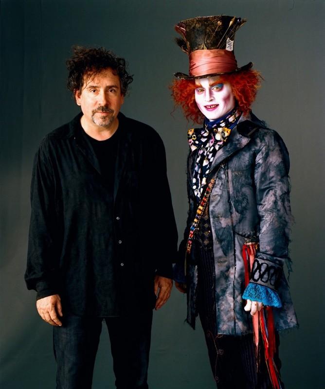 Una foto promo del regista Tim Burton con Johnny Depp per il film Alice in Wonderland