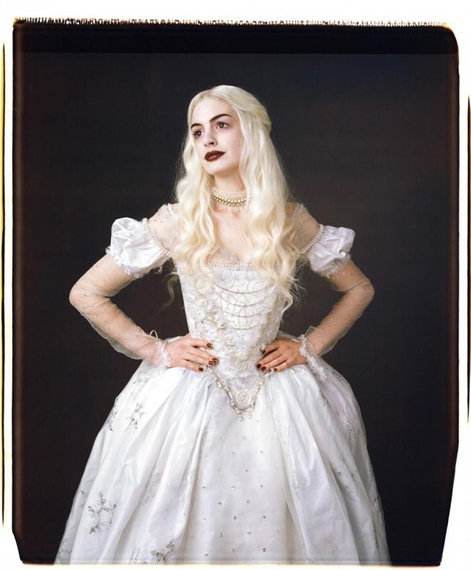 Una foto promo di Anne Hathaway nel ruolo della Regina Bianca per il film Alice in Wonderland