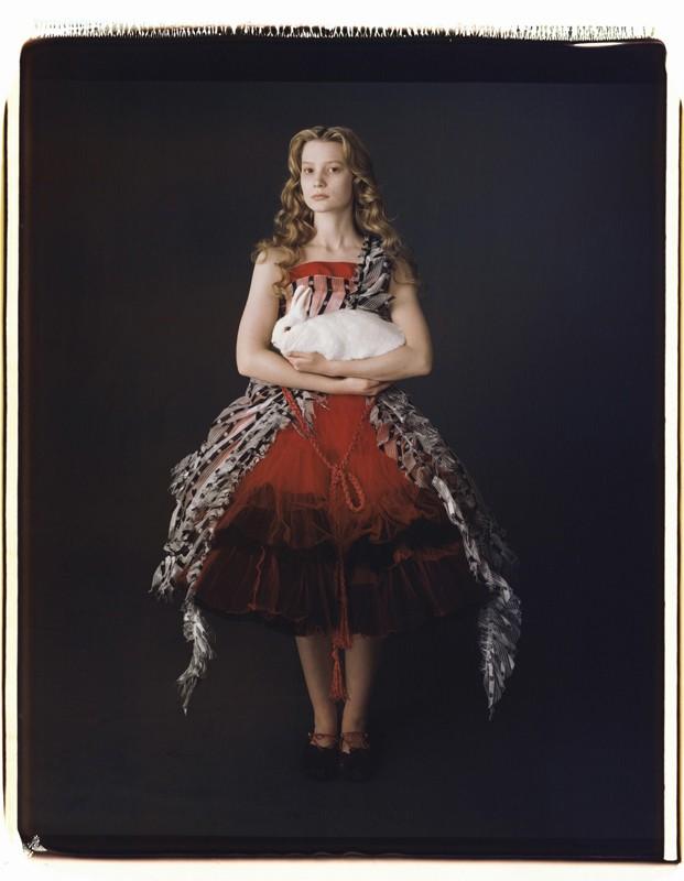 Una foto promozionale di Alice (Mia Wasikowska) per il film Alice in Wonderland