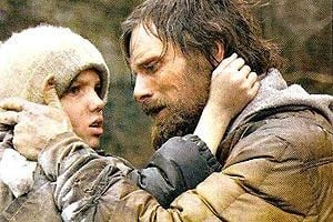 Viggo Mortensen e Kodi Smit-McPhee nel film The Road