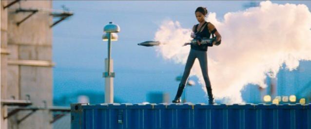 Zoe Saldana in azione nel film The Losers