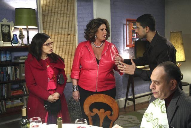 Ugly Betty: America Ferrera, Lainie Kazan ed Adam Rodriguez nell'episodio Fire and Nice