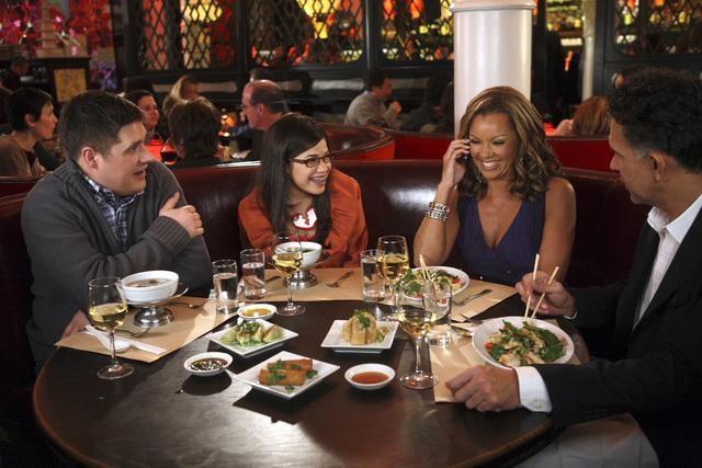 Ugly Betty: Brian Stokes Mitchell, Vanessa Williams ed America Ferrera nell'episodio Fire and Nice