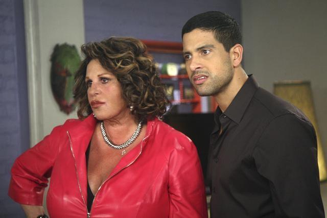 Ugly Betty: Lainie Kazan ed Adam Rodriguez nell'episodio Fire and Nice