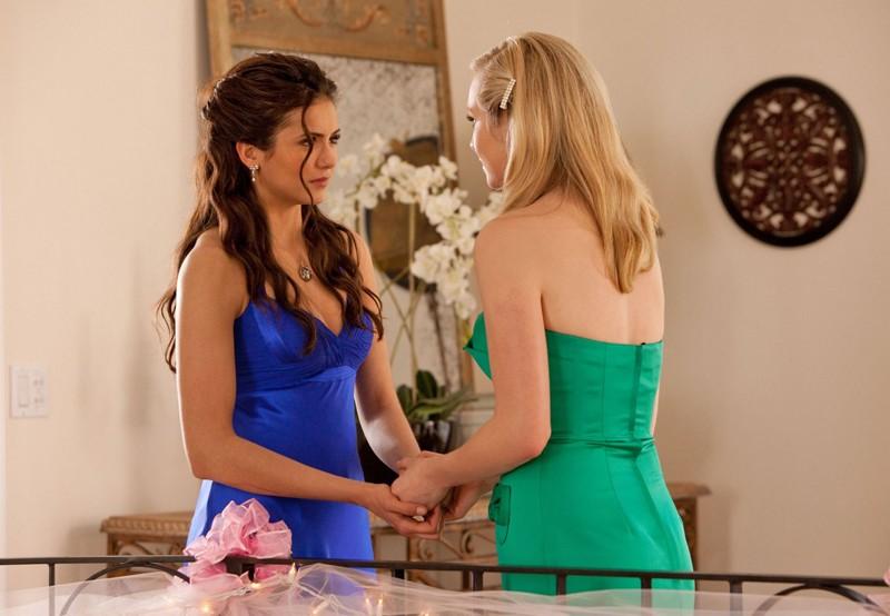 Caroline (Candice Accola) incoraggia Elena (Nina Dobrev) nell'episodio Miss Mystic Falls di The Vampire Diaries