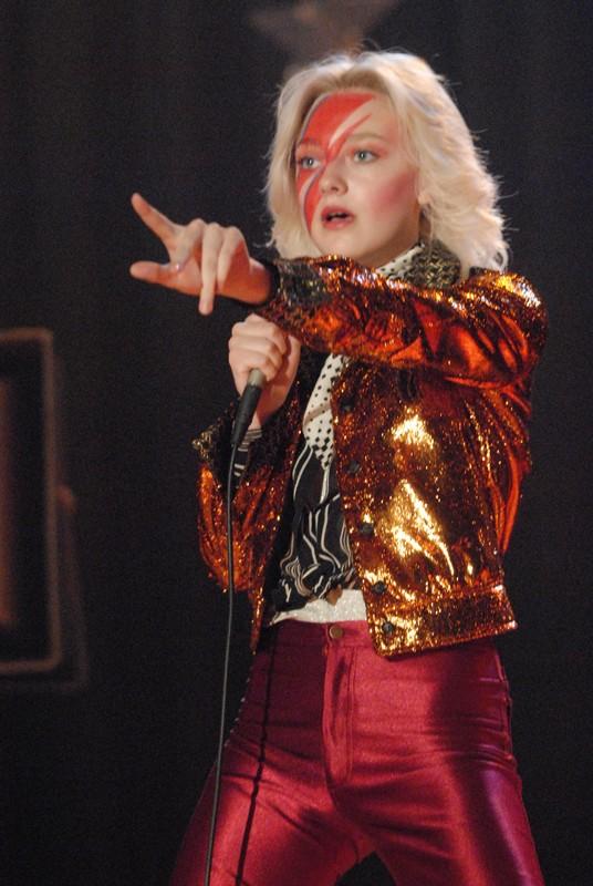 Dakota Fanning (Cheri Currie) durante un'esibizione nel film The Runaways