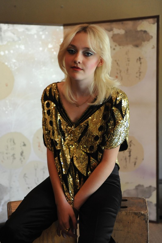 Dakota Fanning in un'immagine promozionale del film The Runaways