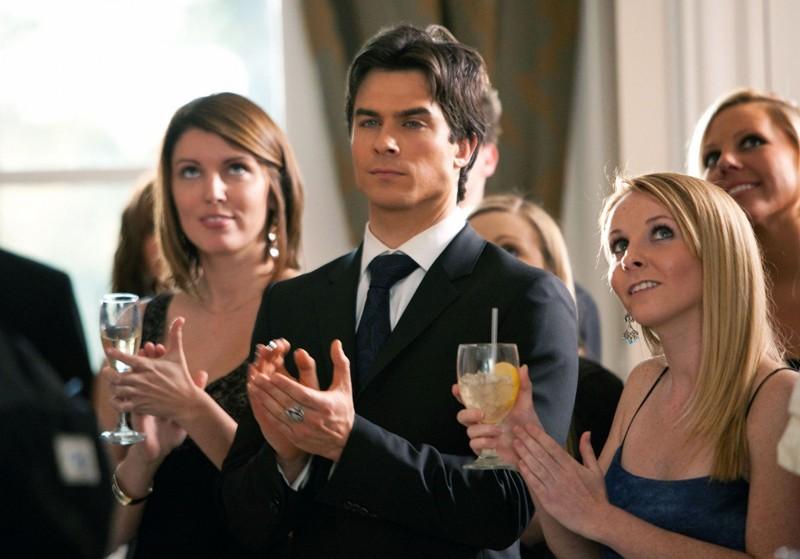 Damon (Ian Somerhalder) applaude le partecipanti a 'Miss Mystic Falls' nell'omonimo episodio di Vampire Diaries
