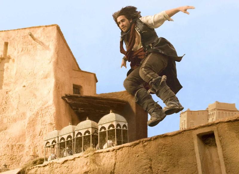 Jake Gyllenhaal in una scena d'azione del film Prince of Persia: Sands of Time