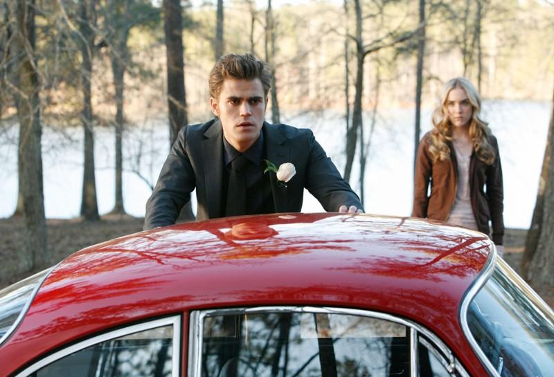 Stefan (Paul Wesley) accanto alla sua auto, con alle spalle Amber (Spencer Locke) in: Miss Mystic Falls di Vampire Diaries