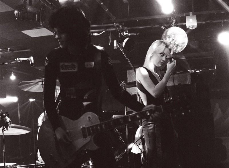 Un'immagine in bianco e nero con le protagoniste del film The Runaways