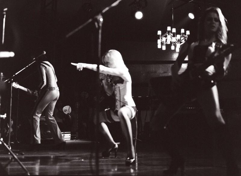 Un'immagine in bianco e nero di una scena del film The Runaways