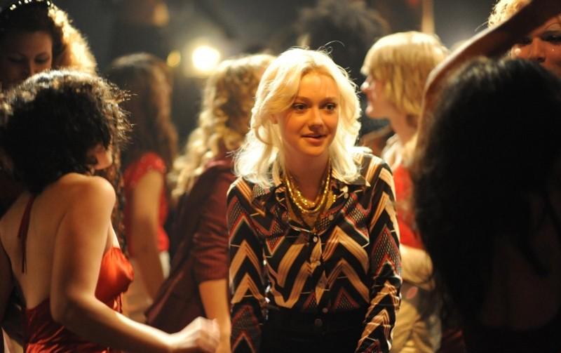 Un'immagine tratta dal film The Runaways con Dakota Fanning nel ruolo di Cheri Currie