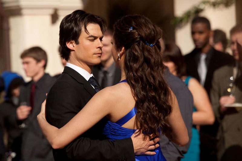 Damon (Ian Somerhalder) ed Elena (Nina Dobrev) danzano assieme nell'episodio Miss Mystic Falls di Vampire Diaries