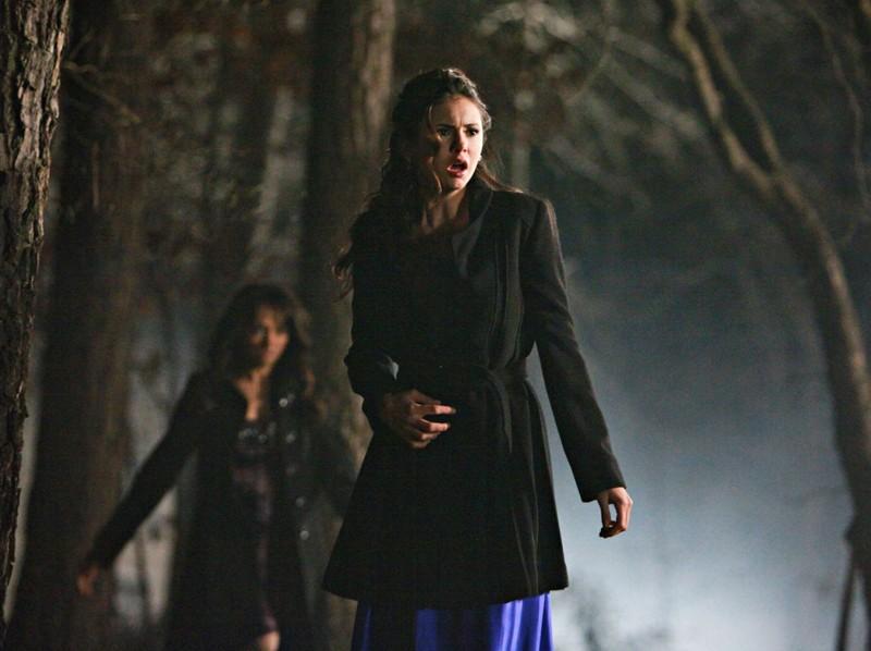 Elena (Nina Dobrev) con alle spalle Bonnie (Katerina Graham) nell'episodio Miss Mystic Falls di The Vampire Diaries