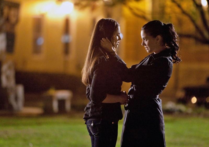 Elena (Nina Dobrev) incontra Isobel (Mia Kirshner) nell'episodio Isobel di Vampire Diaries