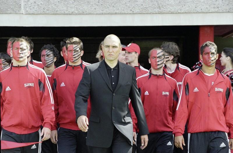 Il Coach (Vinnie Jones) e la squadra degli Illyria nel film She's the Man