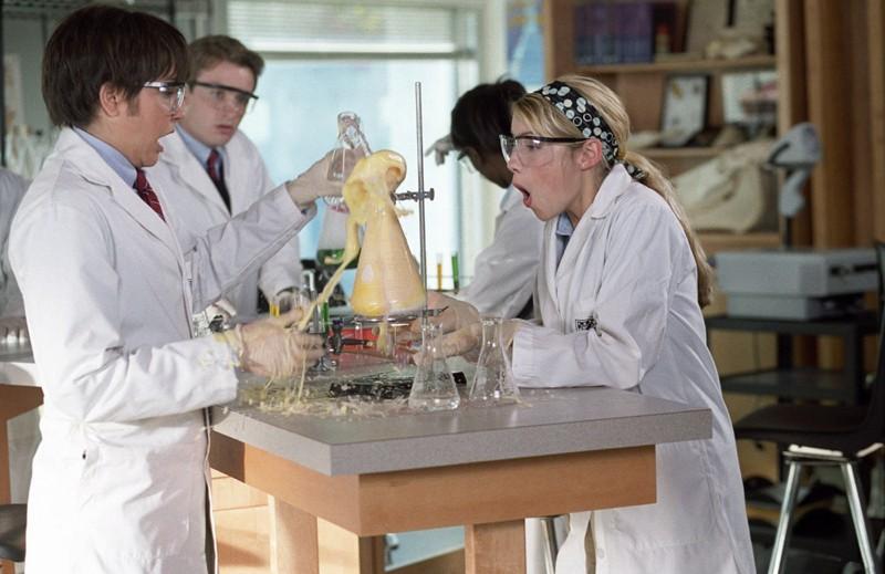 'Sebastian' (Amanda Bynes) e Olivia (Laura Ramsey) nel laboratorio di chimica nel film She's the Man