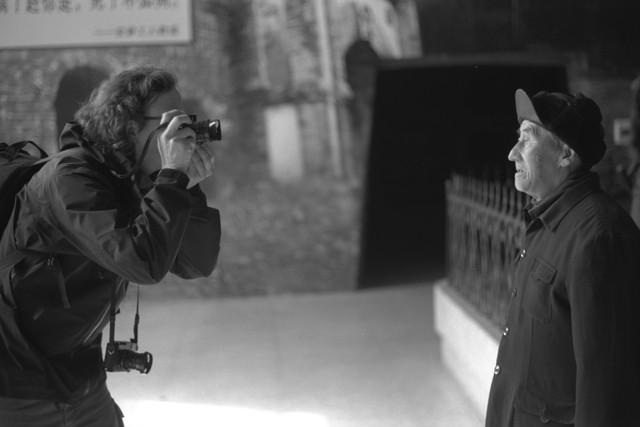 Andreas Seibert a Pingxiang con un anziano minatore nel documentario From Somewhere to Nowhere