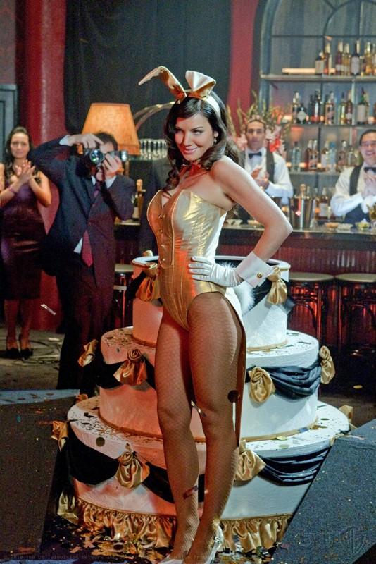 Erica Durance in versione sexy coniglietta nell'episodio Charade di Smallville