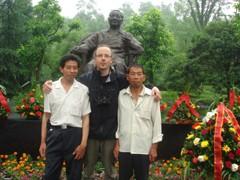 Il fotografo Andreas Seibert con i fratelli Zhou al Deng Xiaoping Memorial nel documentario From Somewhere to Nowhere