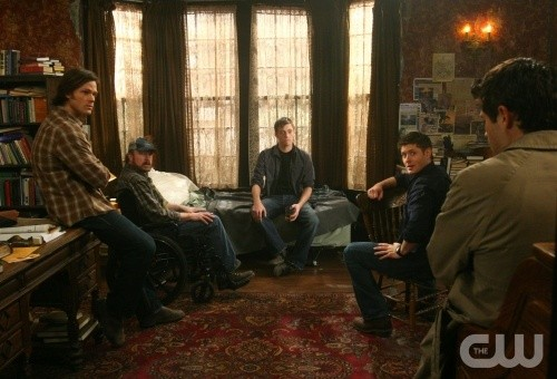 Jared Padalecki, Jim Beaver, Misha Collins, Jensen Ackles e Jake Abel nell'episodio Point of No Return di Supernatural