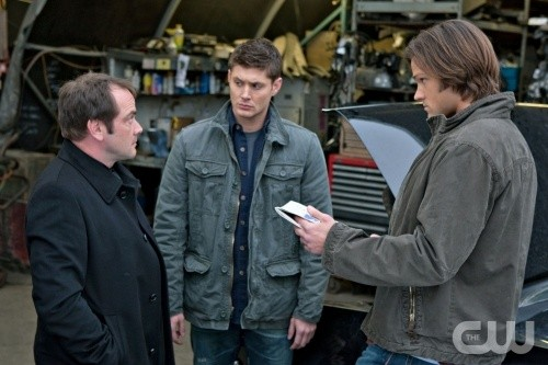 Jensen Ackles, Mark Sheppard e Jared Padalecki in una scena dell'episodio Two Minutes to Midnight di Supernatural