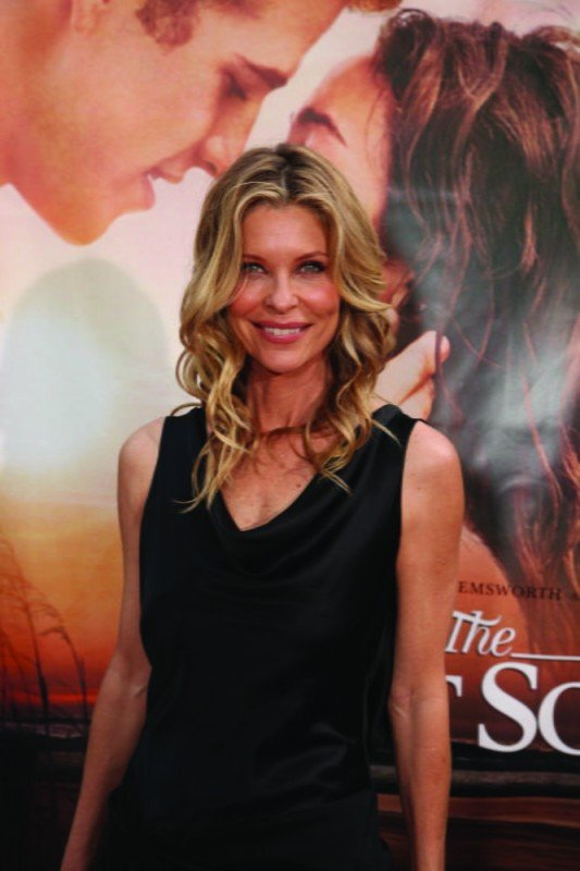 Kate Vernon alla première del film The Last Song all'ArcLight theater di Hollywood