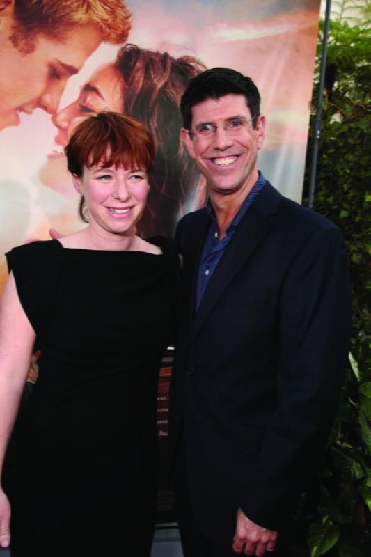 La regista Julie Anne Robinson con Rich Ross della Disney alla première del film The Last Song all'ArcLight theater di Hollywood