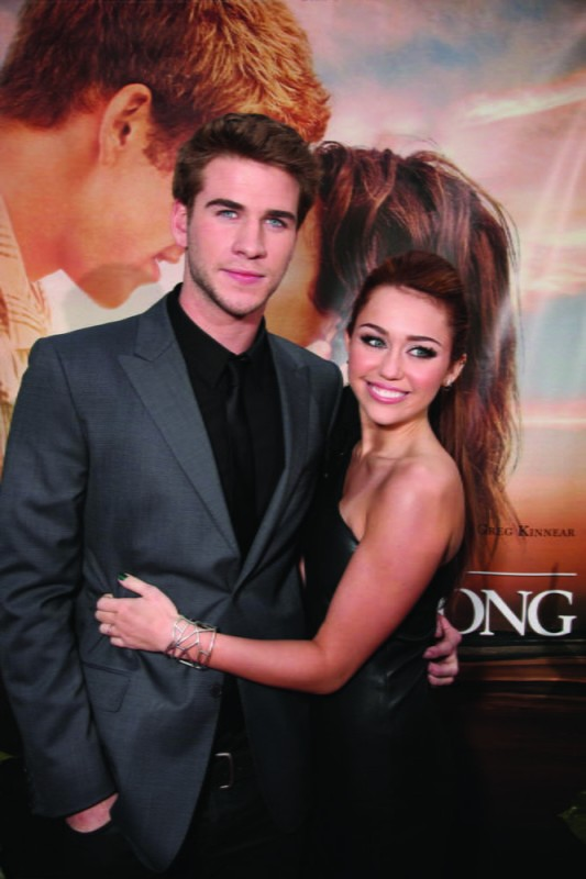 Liam Hemsworth con Miley Cyrus alla première del film The Last Song all'ArcLight theater di Hollywood