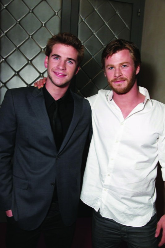 Liam Hemsworth con suo fratello Chris Hemsworth alla première del film The Last Song all'ArcLight theater di Hollywood