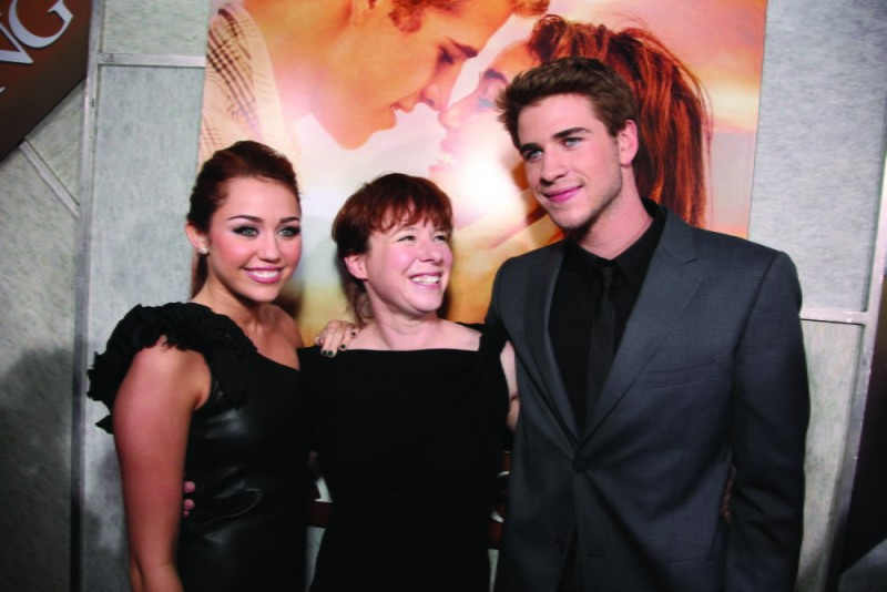 Liam Hemsworth, Miley Cyrus e Julie Anne Robinson alla première del film The Last Song all'ArcLight theater di Hollywood