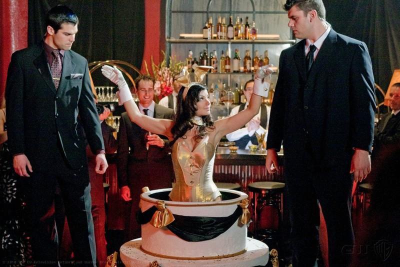 Lois (Erica Durance) esce dalla torta nell'episodio Charade di Smallville