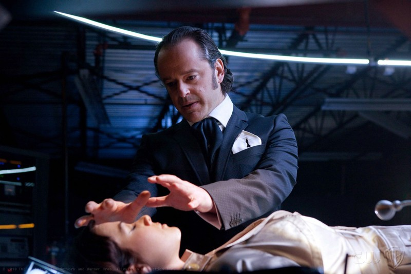Maxwell Lord (guest star Gil Bellows) usa il suo potere su Lois (Erica Durance) nell'episodio Charade di Smallville