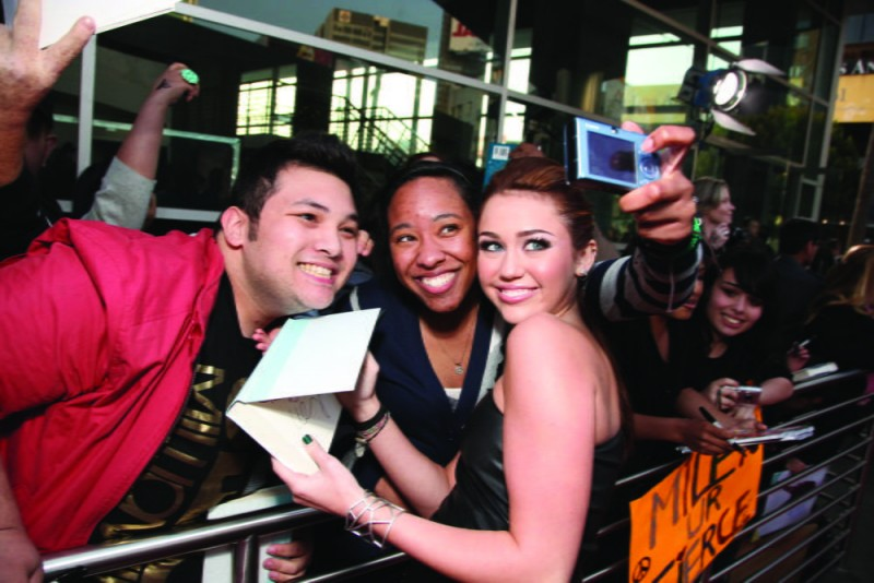Miley Cyrus con i suoi fan alla première del film The Last Song all'ArcLight theater di Hollywood