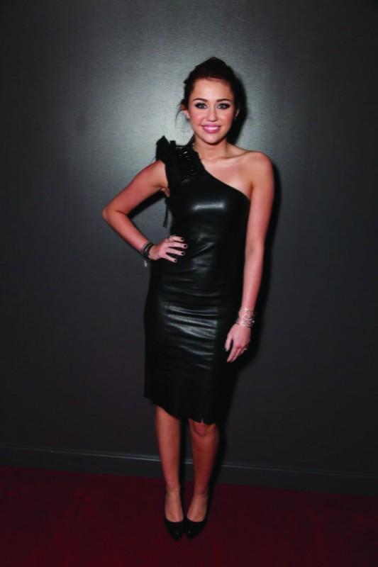 Miley Cyrus in tubino di pelle alla première del film The Last Song all'ArcLight theater di Hollywood
