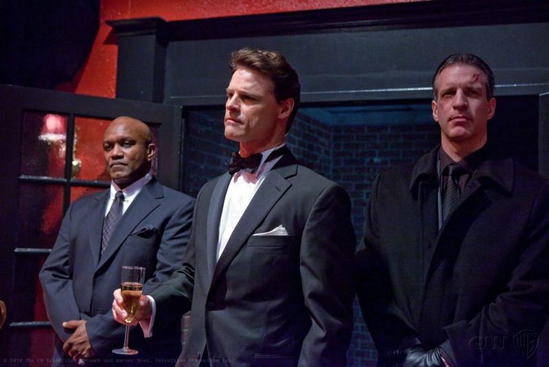 Raymond Sacks (guest star Dylan Neal) e le sue guardie del corpo nell'episodio Charade di Smallville