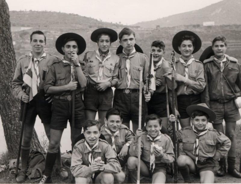 Un giovanissimo Ciro Ippolito con il suo gruppo di boy scout