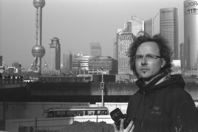 Un'immagine del fotografo Andreas Seibert a Shanghai nel documentario From Somewhere to Nowhere