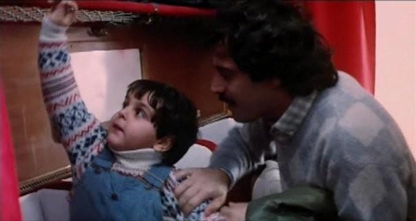 il piccolo Lorenzo Aiello accanto ad Enrico Montesano nel film Amore in prima classe