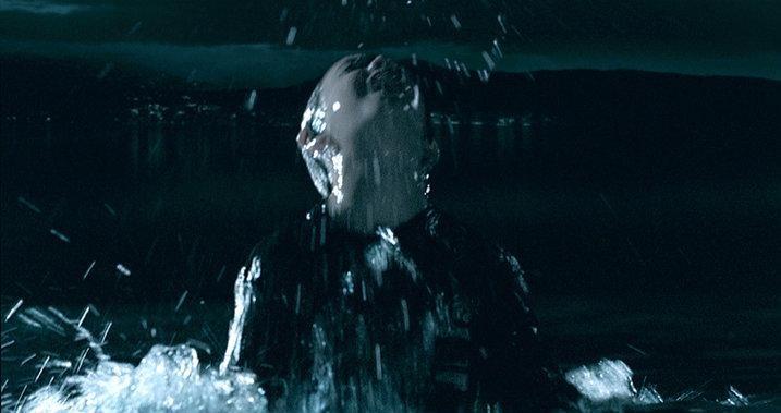 Lorenzo Valvassori in un'immagine significativa del film La fisica dell'acqua