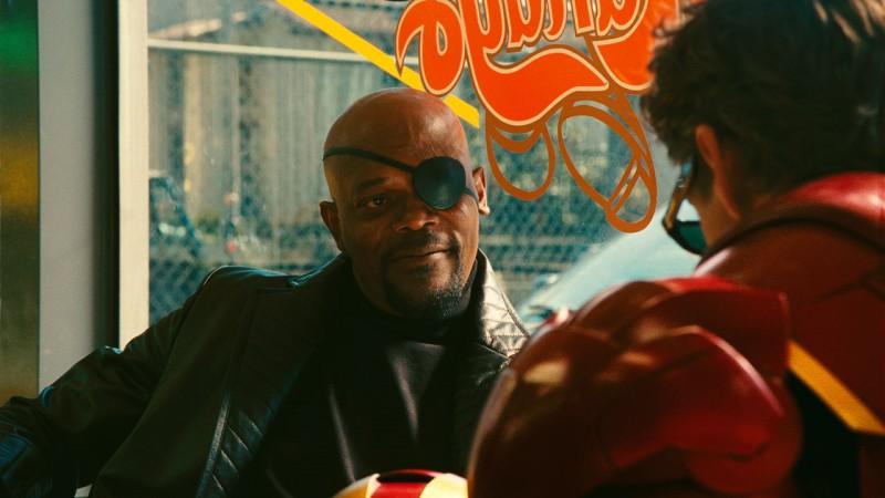 Nick Fury (Samuel L. Jackson) in un confronto poco amichevole con il nemico (Robert Downey Jr.) nel film Iron Man 2