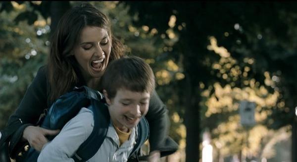 Paola Cortellesi e Lorenzo Valvassori in una scena del film La fisica dell'acqua